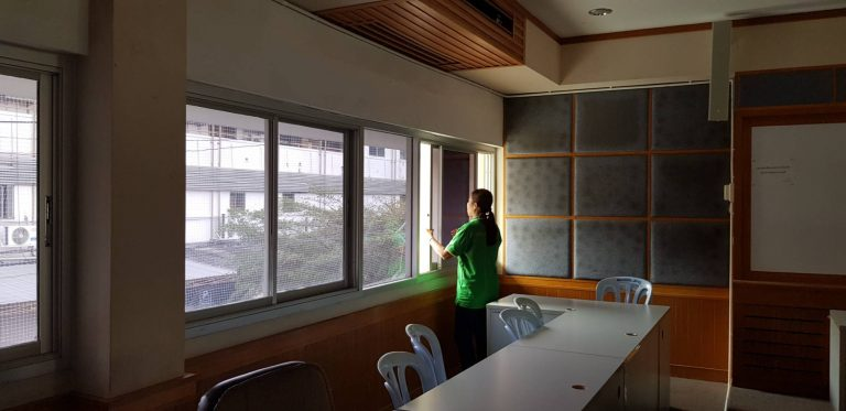 การทำความสะอาดเช็ดแอลกอฮอล์ฆ่าเชื้อ โดยแม่บ้านประจำอาคาร 1 และ 3